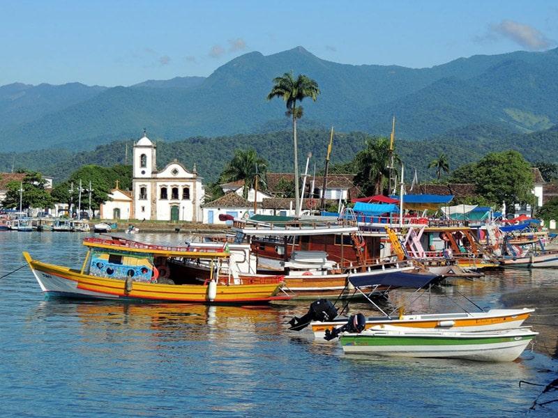 Barcos no centro histórico de Paraty